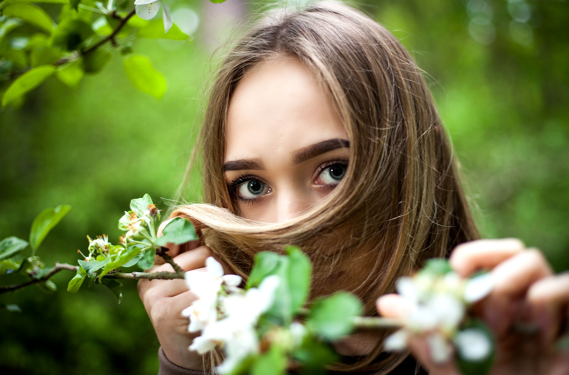Portret późną wiosna wśród leśnej zieleni.